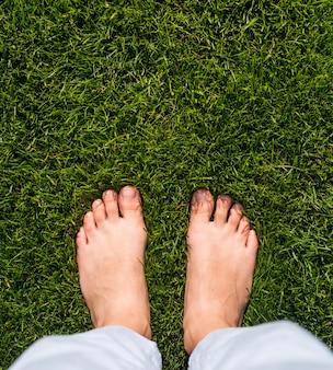 Odgórnego widoku dziewczyny pozycja na trawie