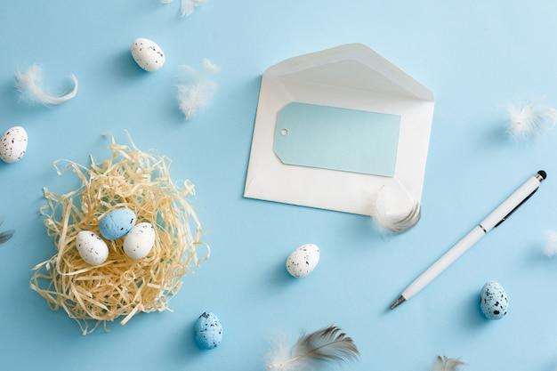 Odgórnego widoku easter jajek kolorowy pojęcie