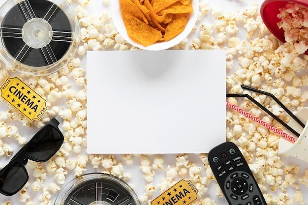 Odgórnego widoku filmu elementów skład na białym tle z biel kartą