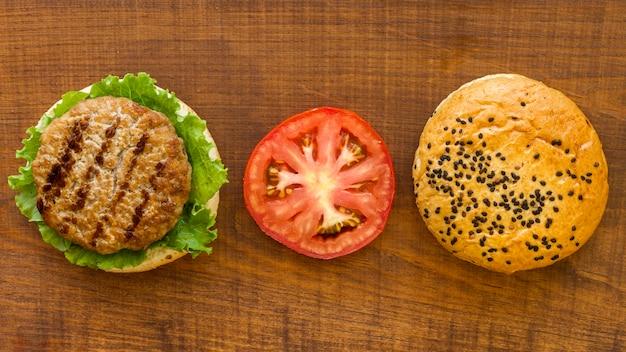 Odgórnego widoku hamburgeru składniki na stole
