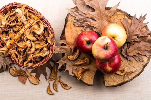Odgórnego widoku jabłka i jesień liści tło