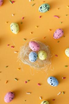 Odgórnego widoku kolorowi easter jajka na stole