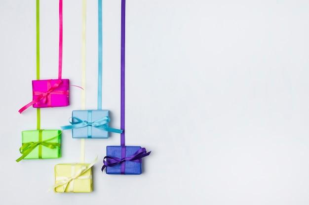 Odgórnego widoku kolorowi prezenty na stole z kopii przestrzenią
