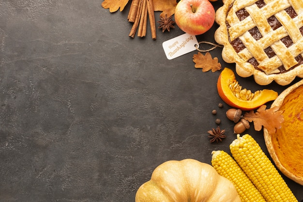 Odgórnego widoku kulebiak i jabłka na sztukateryjnym tle