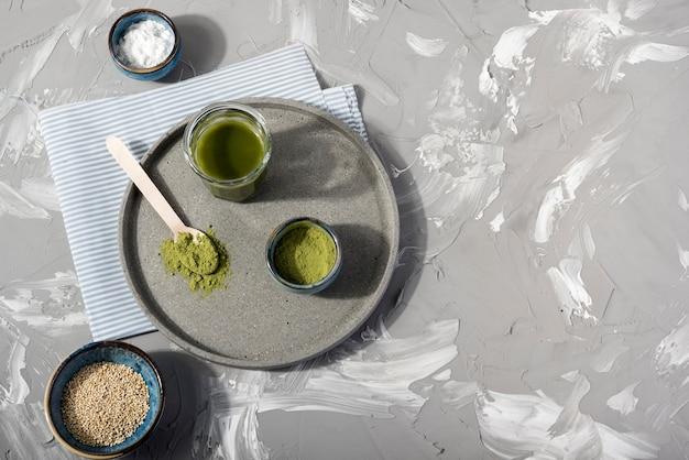 Odgórnego widoku matcha herbata na półkowym odgórnym widoku