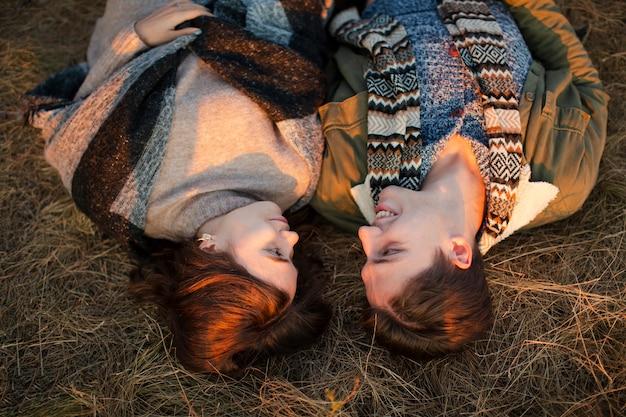 Odgórnego widoku mężczyzna i kobieta kłaść na trawie