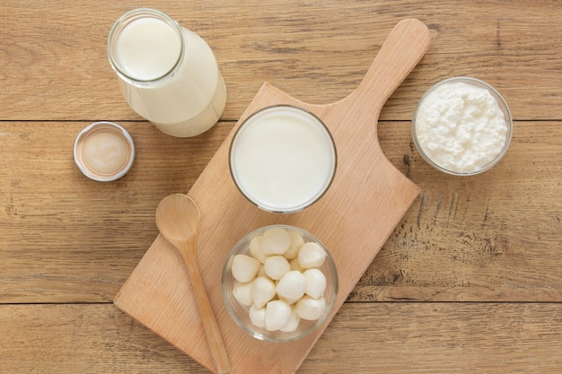 Odgórnego widoku mleko na drewnianym tle