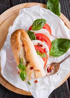Odgórnego widoku mozzarelli kanapka na stole