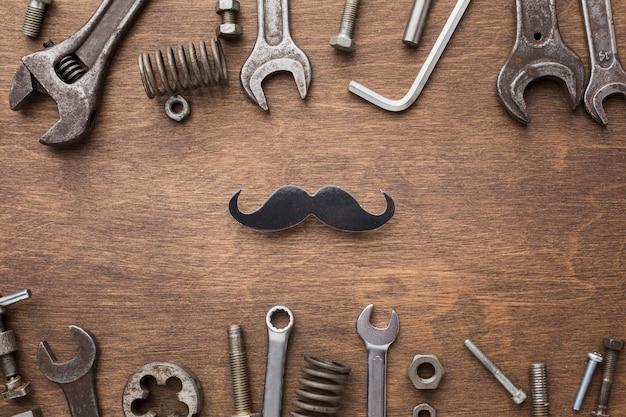 Odgórnego widoku narzędzia na drewnianym tle