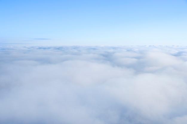 Odgórnego widoku niebieskie niebo i chmura.