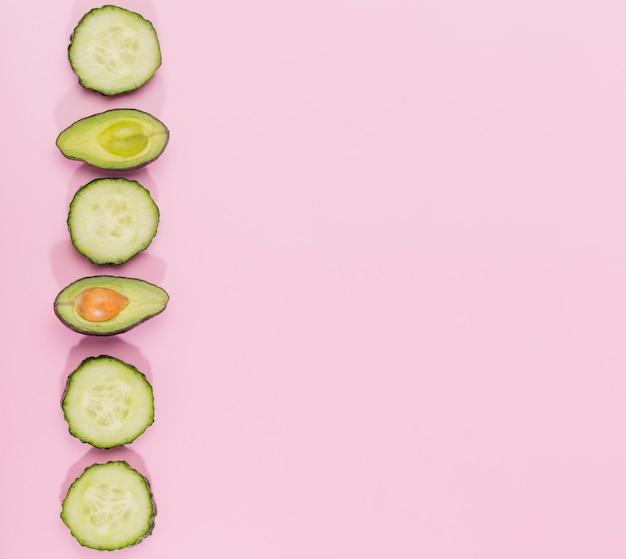 Odgórnego widoku ogórka plasterki i avocado z kopii przestrzenią