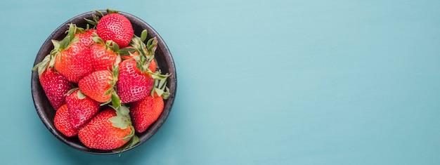Odgórnego widoku organicznie truskawki z kopii przestrzenią