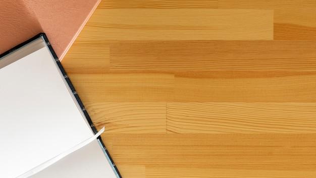 Odgórnego widoku otwarta książka z drewnianym tłem