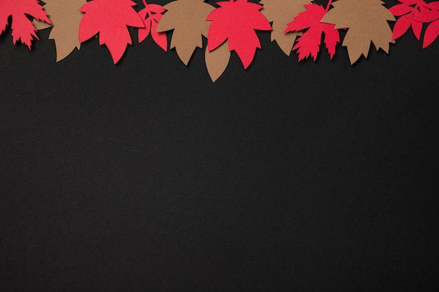 Odgórnego widoku papieru jesieni liści przygotowania z kopii przestrzenią