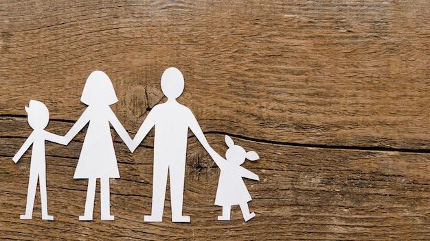 Odgórnego widoku papieru rodzinny skład na drewnianym tle z kopii przestrzenią