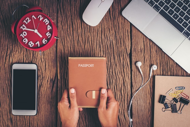 Odgórnego widoku paszport na workspace, turystyki pojęcie