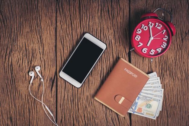 Odgórnego widoku paszport z pieniądze na drewnianym tle, turystyki pojęcie
