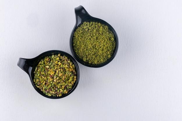 Odgórnego widoku pistacje w pucharze na bielu