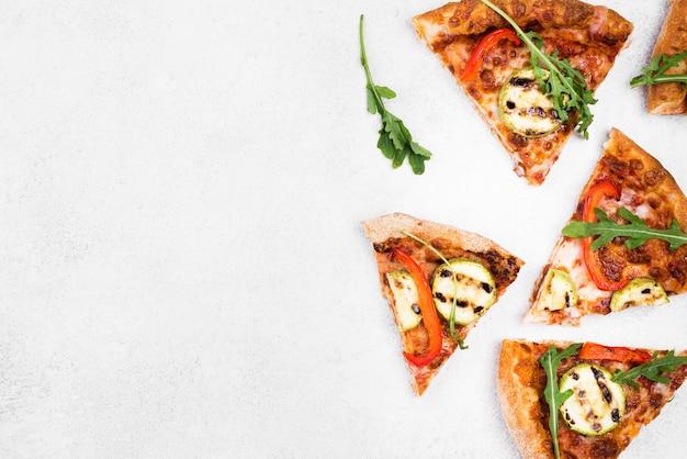 Odgórnego widoku pizzy plasterki z białym tłem