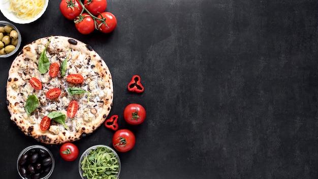 Odgórnego widoku pizzy rama na sztukateryjnym tle