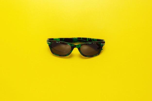 Odgórnego widoku podróży pojęcie z iłołupkiem, morski życie, okulary przeciwsłoneczni na żółtym tle z kopii przestrzenią dla teksta