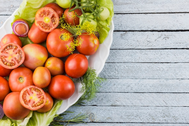 Odgórnego widoku pomidorów smakowity talerz z kopii przestrzenią