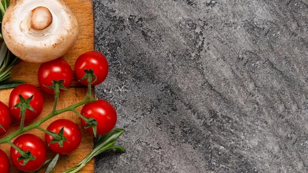 Odgórnego widoku pomidory na sztukateryjnym tle