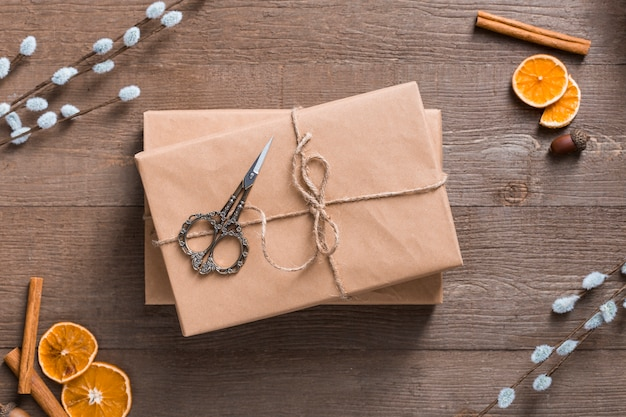 Odgórnego widoku prezenta pudełka na drewnianym tle