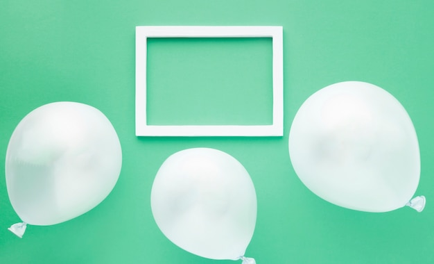 Odgórnego widoku przygotowania z balonami na zielonym tle