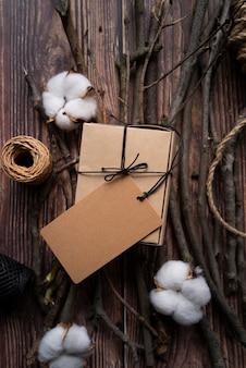 Odgórnego widoku przygotowania z pudełkiem na drewnianym tle