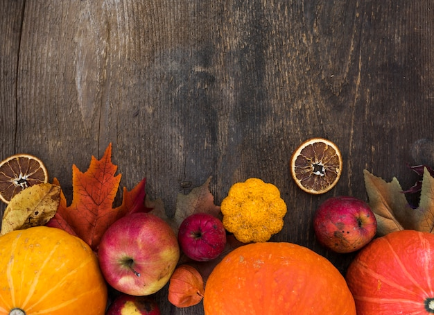 Odgórnego widoku rama z jesieni owoc na drewnianym tle