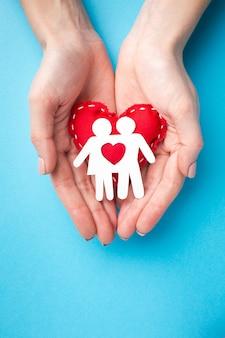 Odgórnego widoku ręki trzyma papieru rżniętego rodzinnego pojęcie