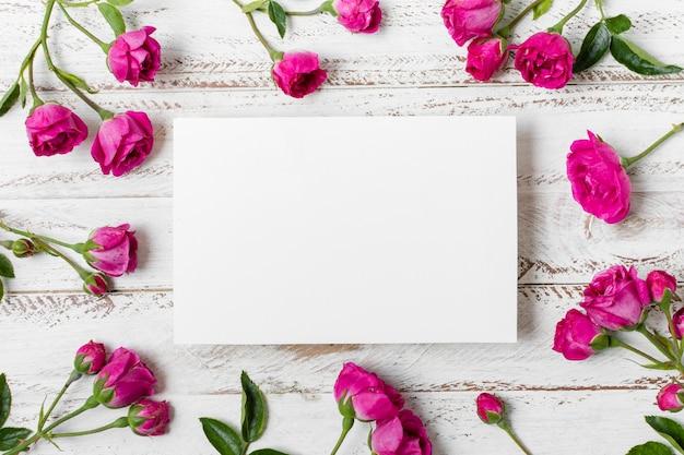 Odgórnego widoku róż róż pojęcie na stole