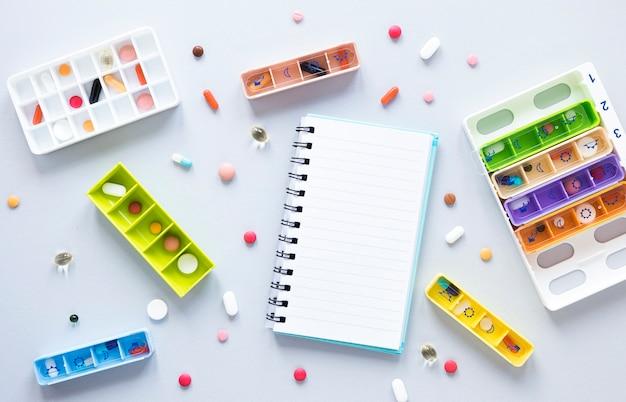 Odgórnego widoku rozmaitość kolorowe pigułki na stole