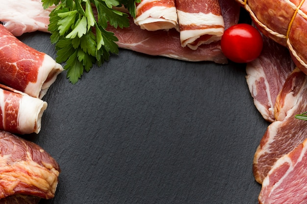Odgórnego widoku rozmaitość wieprzowiny mięso z kopii przestrzenią