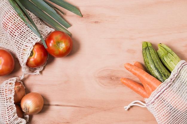 Odgórnego widoku różni warzywa na drewnianym tle z kopii przestrzenią