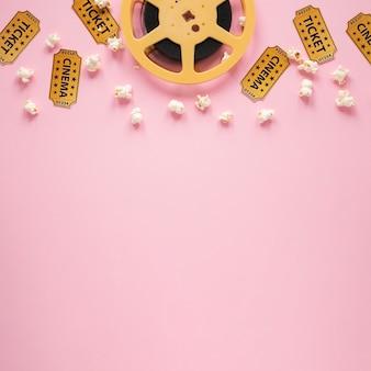 Odgórnego widoku skład kinowi elementy na różowym tle z kopii przestrzenią
