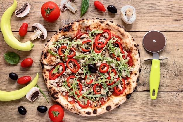 Odgórnego widoku smakowita pizza na drewnianym tle