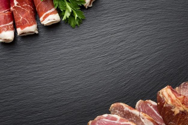Odgórnego widoku smakowita rozmaitość mięso z kopii przestrzenią
