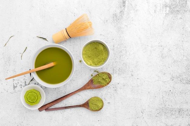 Odgórnego widoku smakowitego matcha herbaciany pojęcie na stole