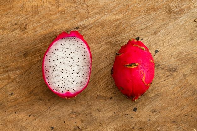 Odgórnego widoku smoka owoc z drewnianym tłem