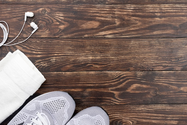 Odgórnego widoku sporta buty na drewnianym tle