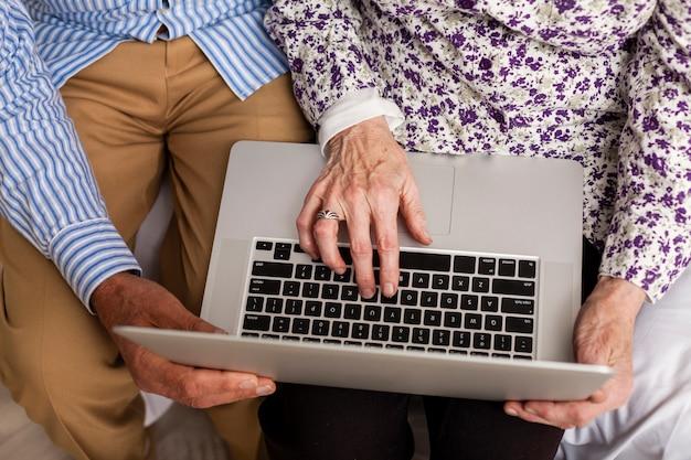 Odgórnego widoku starsza para używa laptop