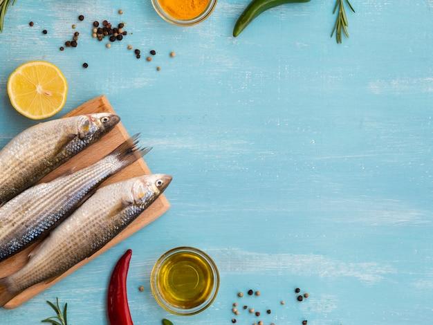 Odgórnego widoku surowe ryba na drewnianej desce
