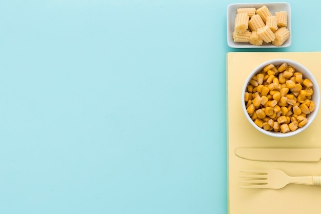 Odgórnego widoku świeża kukurudza na stole z kopii przestrzenią