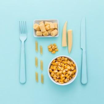 Odgórnego widoku świeża kukurudza na stole
