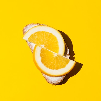 Odgórnego widoku świeża pomarańczowa kanapka na żółtym tle