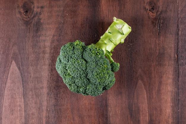 Odgórnego widoku świezi brokuły na brown drewnianym nawierzchniowym zdrowym jarzynie