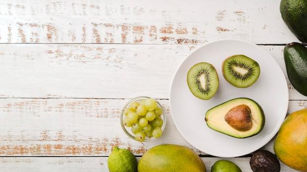Odgórnego widoku świeży kiwi i avocado z kopii przestrzenią