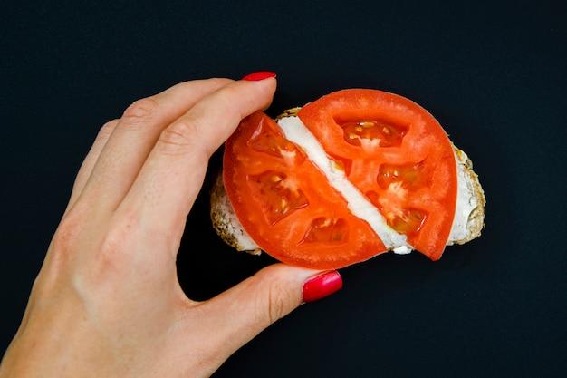Odgórnego widoku tomatoe kanapka na ciemnym tle
